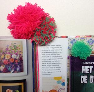 DIY pompon boekenlegger